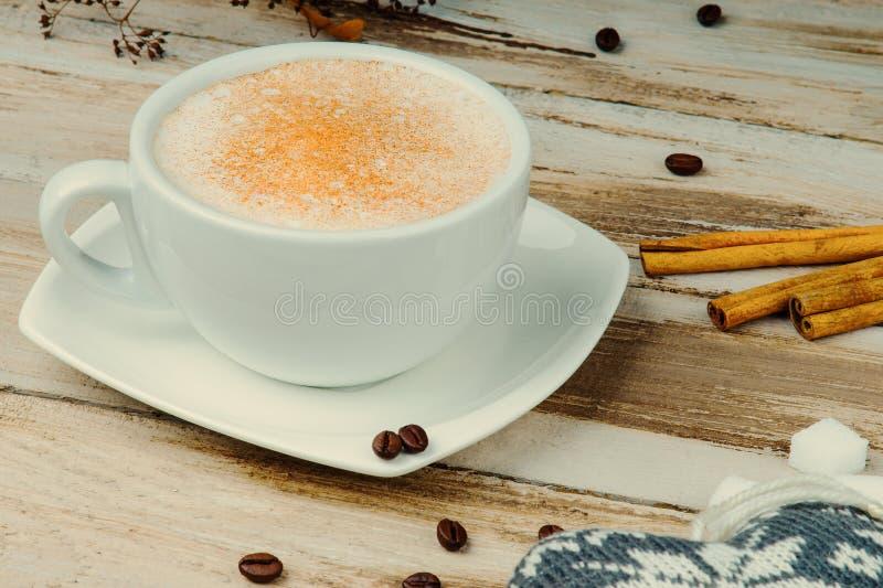 Cappuccinokoffie met kaneel op een lijst stock afbeeldingen