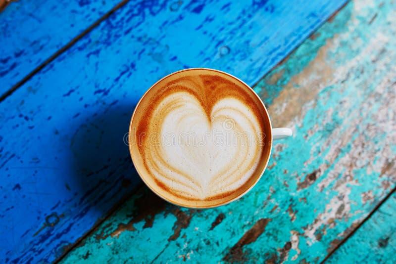 Cappuccinokoffie op kleurrijke groene en blauwe koffielijst stock afbeelding