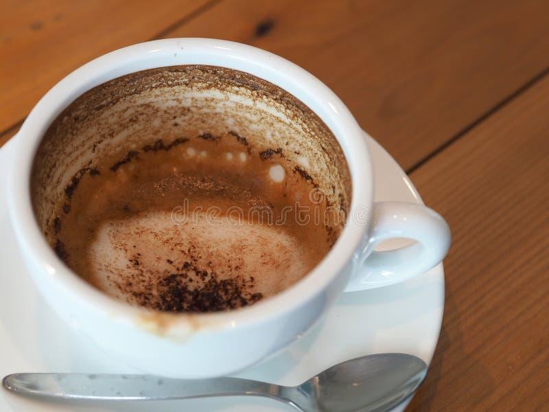 Cappuccinokoffie in witte kop op houten lijst, koffievlekken af royalty-vrije stock fotografie