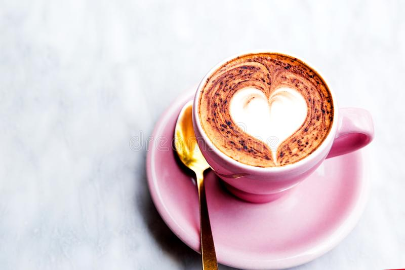 Cappuccinokop met hart latte kunst op marmeren lijstachtergrond stock foto