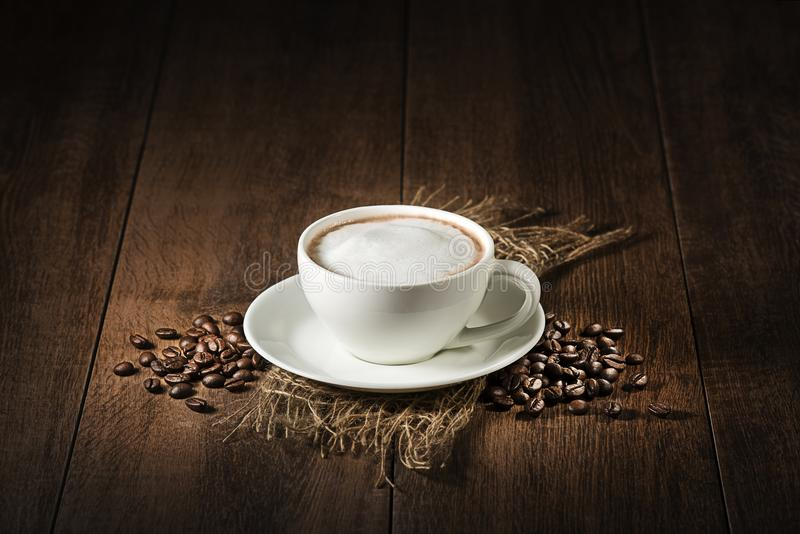 Cappuccinokop met koffiebonen stock foto's