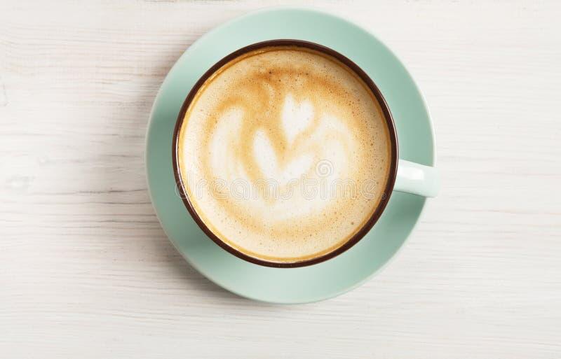 Cappuccinoschuim, de hoogste mening van de koffiekop op witte houten achtergrond stock foto's
