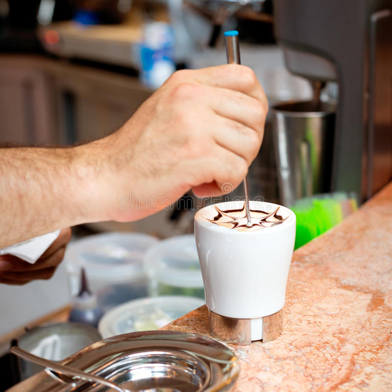 Cappuccinovorbereitung lizenzfreies stockfoto