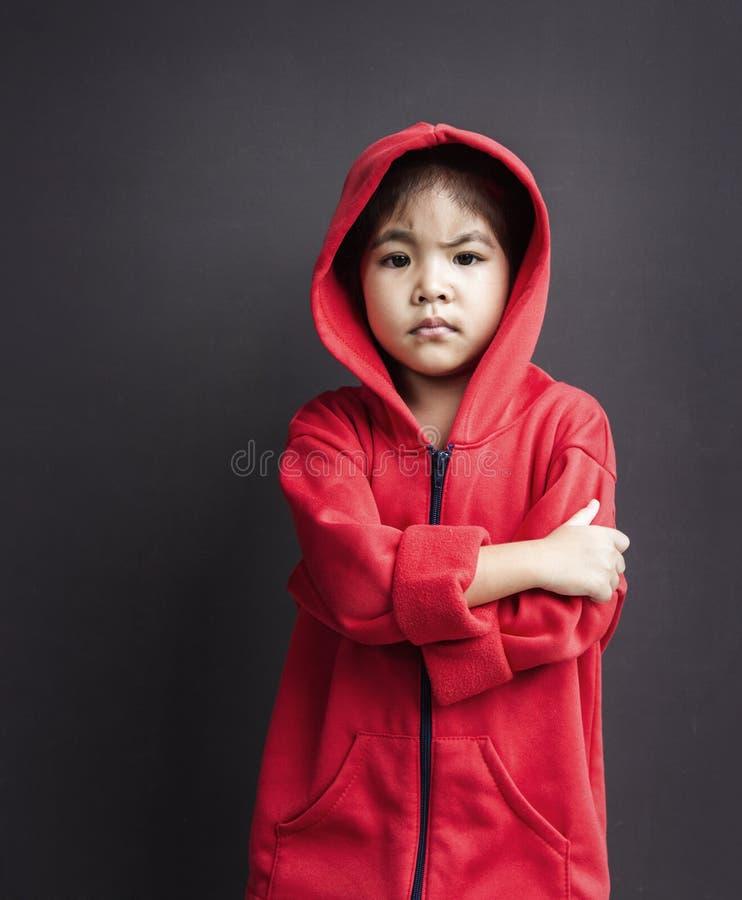 Cappuccio d'uso della ragazza asiatica in fronte lunatico immagine stock