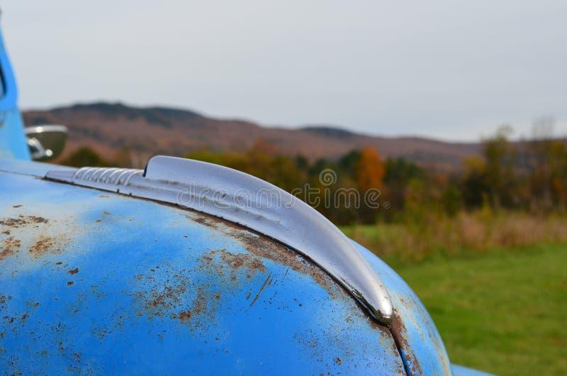 Cappuccio del camion d'annata blu abbandonato fotografie stock libere da diritti