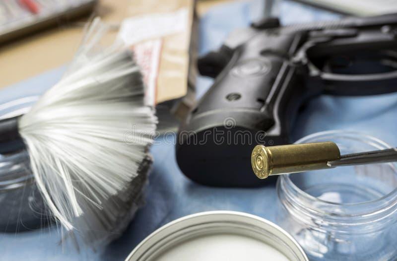 Cappuccio della pallottola con una pistola in laboratorio balistico fotografia stock
