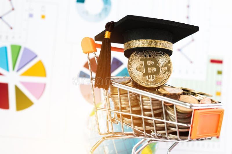 Cappuccio di graduazione su Bitcoin Cryptocurrency sul carrello delle monete, fotografia stock