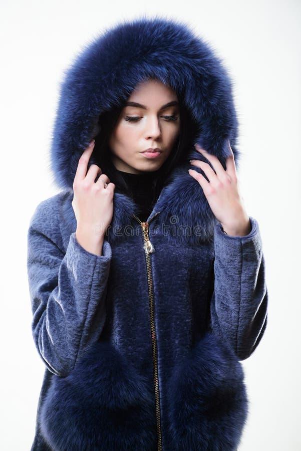 Cappuccio di usura di donna con pelliccia Concetto di modo Signora elegante della ragazza porta il rivestimento alla moda del cap fotografia stock