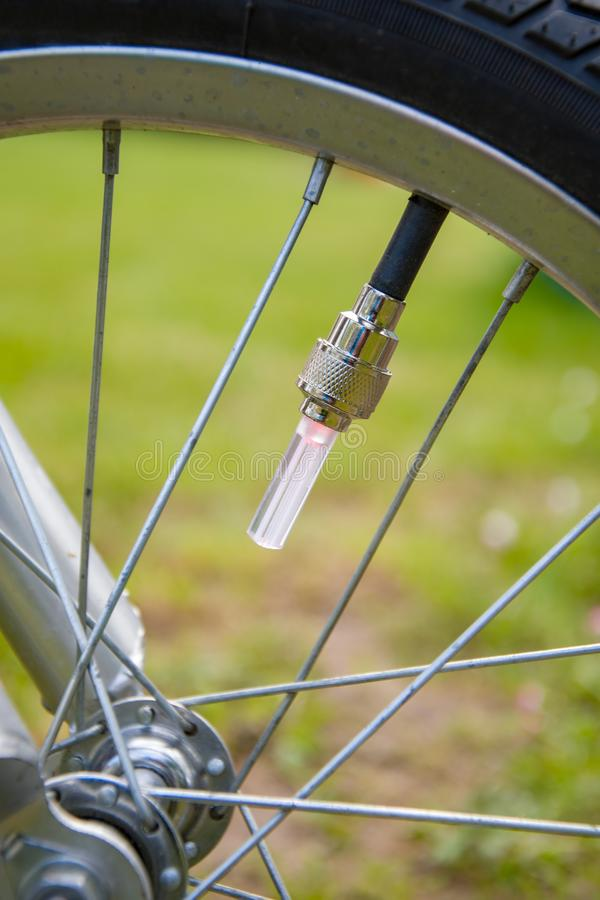 Cappuccio luminoso sul capezzolo della bicicletta, ruota di bicicletta con i raggi fotografia stock libera da diritti