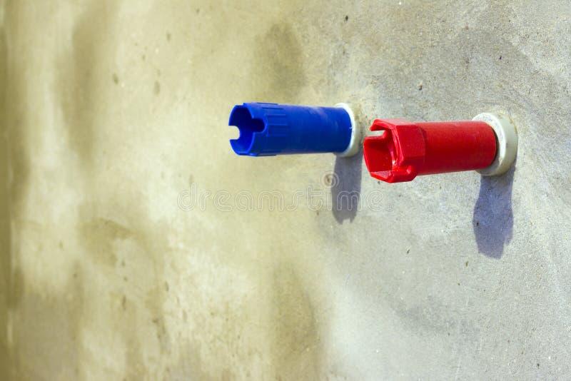 Cappuccio protettivo del rubinetto dell'acqua calda fredda e immagini stock libere da diritti