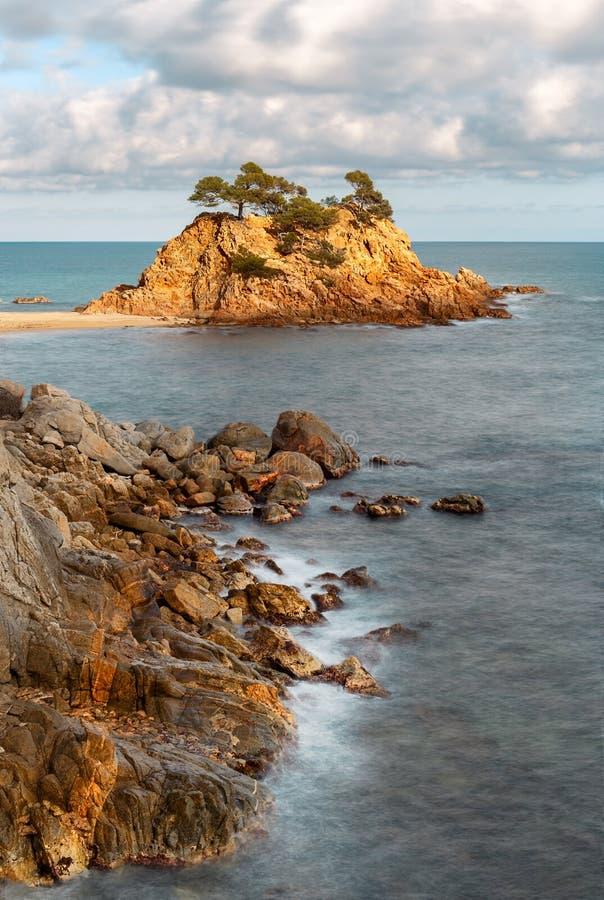 Cappuccio Roig, una pila prominente del mare in Costa Brava fotografia stock