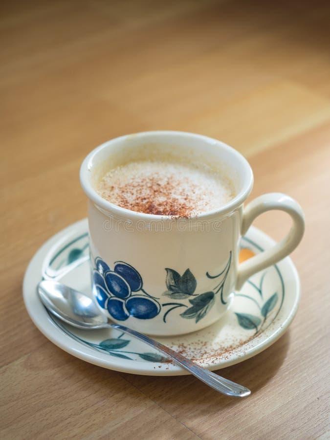 Cappuchino в славной чашке на таблице стоковое фото