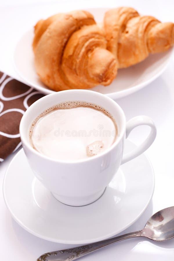 Cappuchino con il Croissant fotografie stock
