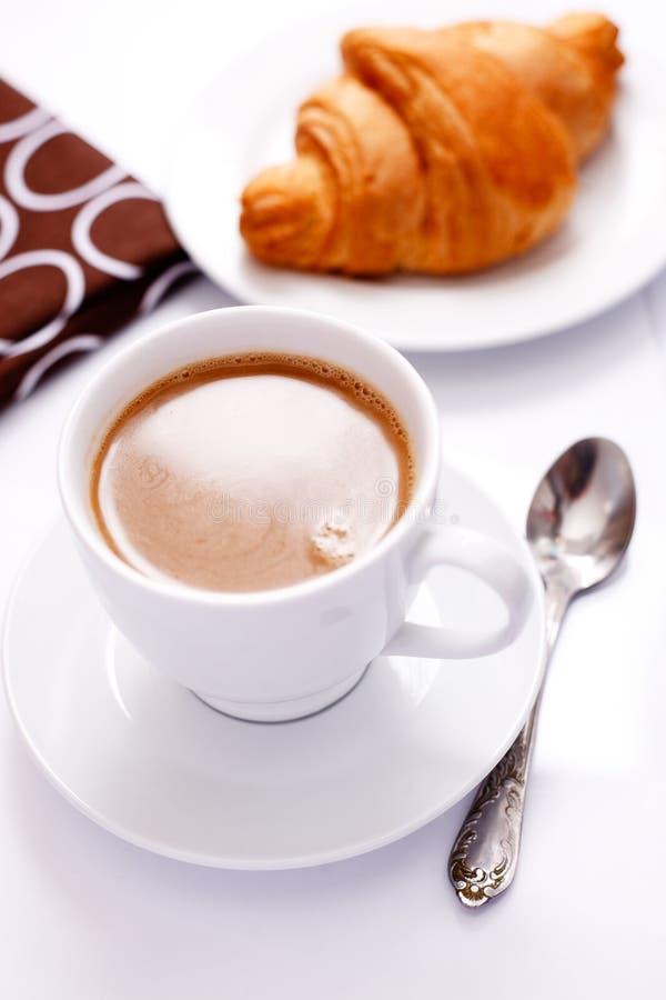 Cappuchino con il Croissant immagini stock libere da diritti
