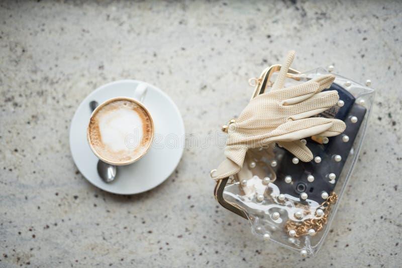 Cappuchino eller lattecoffe i en vit kopp med skum på träbräde Morgonenergidrink på ljust trä arkivbilder