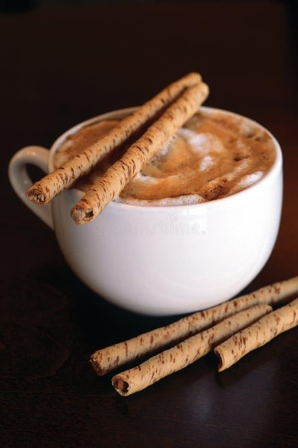 Cappucino met chocoladestokken stock afbeelding