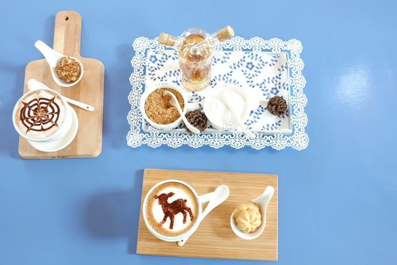 Cappucino und Schokolade mit Belag lizenzfreies stockbild