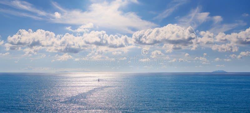 Capraia och Gorgona öar i den tuscan skärgården Panorama- VI royaltyfri foto