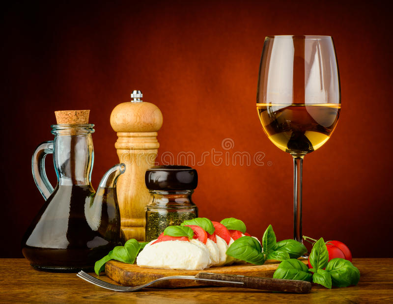 Caprese沙拉和白葡萄酒 图库摄影