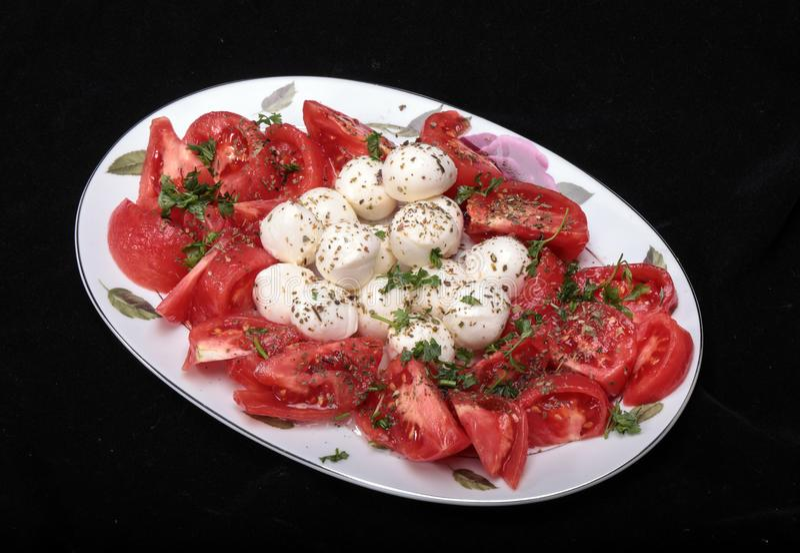 Caprese沙拉用蕃茄、无盐干酪和草本 免版税库存图片