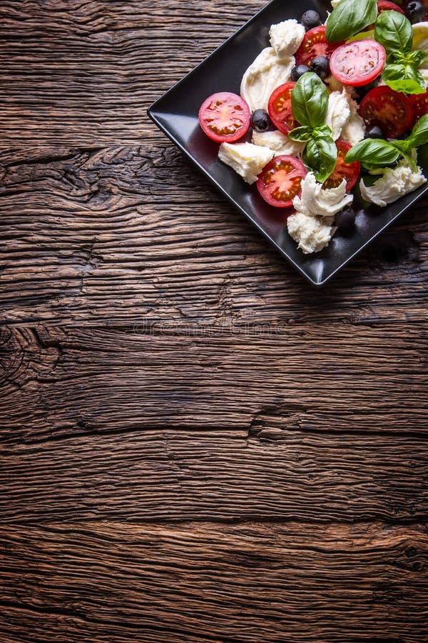caprese σαλάτα Μεσογειακή σαλάτα Βασιλικός ντοματών κερασιών μοτσαρελών και ελαιόλαδο στον παλαιό δρύινο πίνακα carpaccio κουζίνα στοκ φωτογραφίες με δικαίωμα ελεύθερης χρήσης