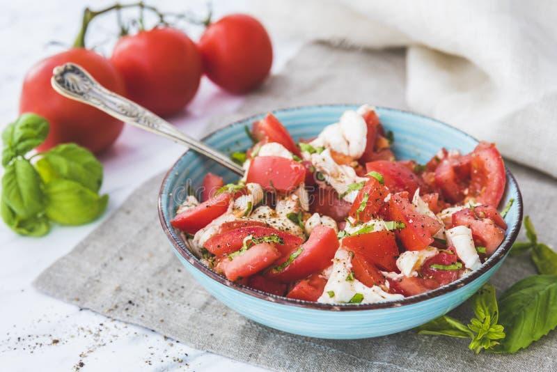 caprese салат Моццарелла, томаты и базилик стоковые изображения rf