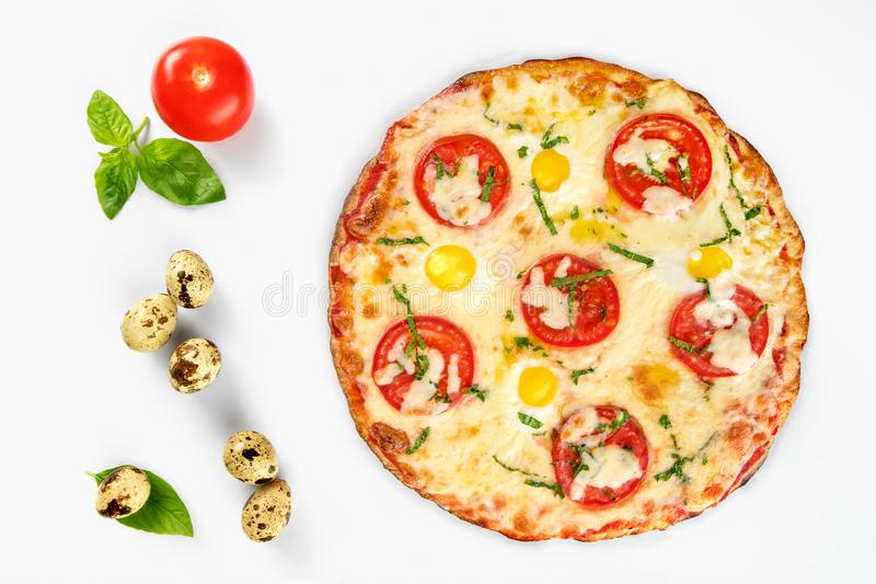 Caprese bästa sikt för pizza på vit bakgrund arkivfoton