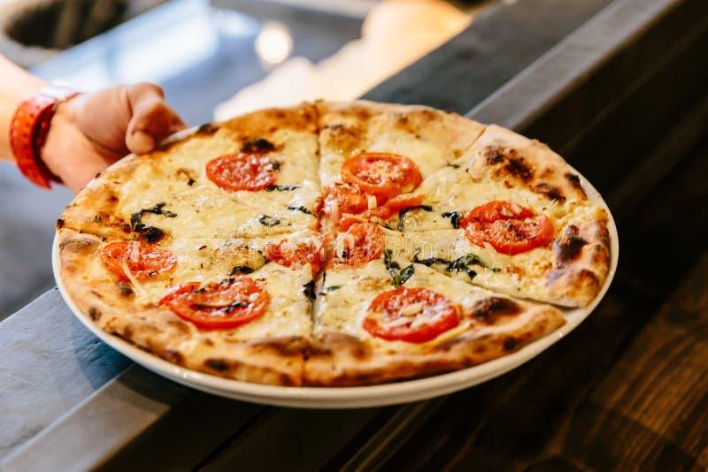 Caprese caliente Bianca Pizza del horno Los ingredientes son aceite de la mozzarella, del parmesano, de oliva, tomate cortado y p fotografía de archivo libre de regalías