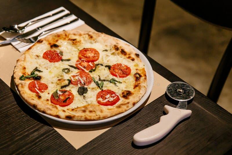 Caprese caliente Bianca Pizza del horno Los ingredientes son aceite de la mozzarella, del parmesano, de oliva, tomate cortado y p fotos de archivo