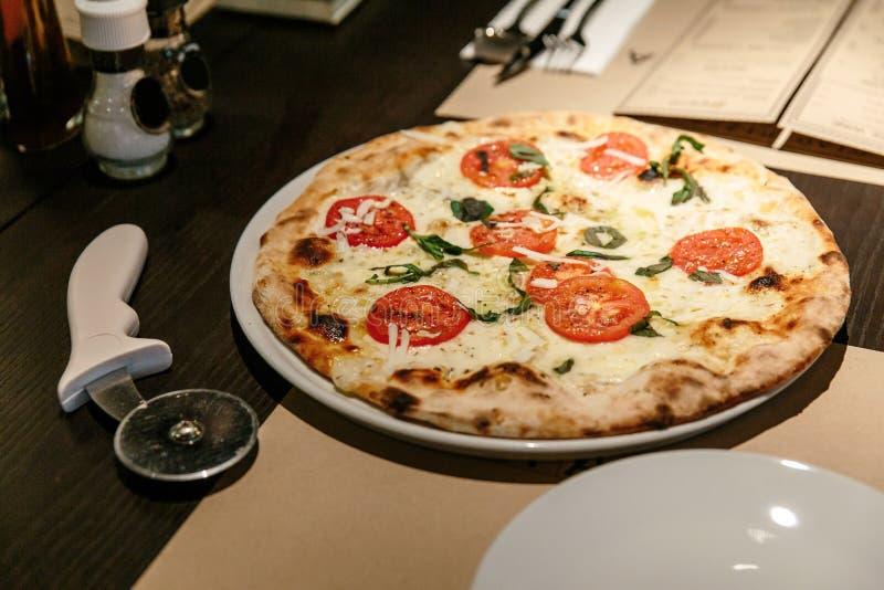 Caprese caliente Bianca Pizza del horno Los ingredientes son aceite de la mozzarella, del parmesano, de oliva, tomate cortado y p imagen de archivo libre de regalías