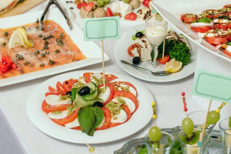 Caprese Insalata - tomat, mozzarella, basilika, olivolja royaltyfria foton