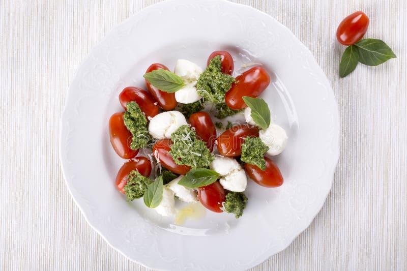 Caprese Italienischer Salat schloss Mozzarella-, Tomaten-, Basilikum- und Pestosoße mit ein lizenzfreie stockfotos