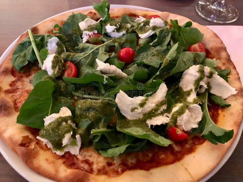 Caprese pizza med mozzarellaen, Arugula, Rucola/Rocket Leaves och Cherry Tomatoes royaltyfria foton