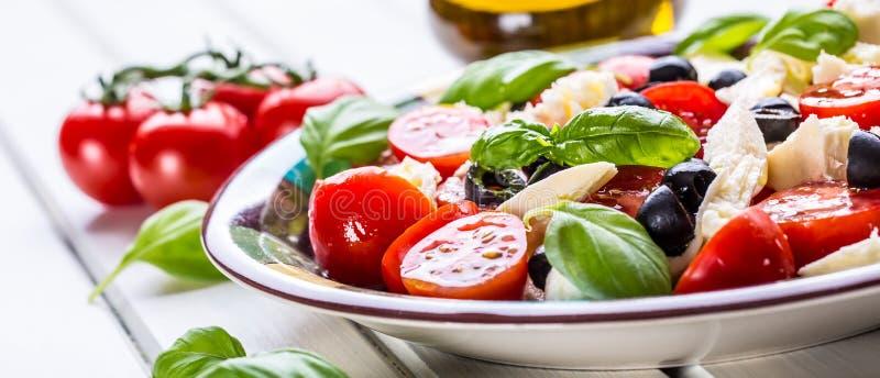 Caprese Salada de Caprese Salada italiana Salada mediterrânea Culinária italiana Culinária mediterrânea imagem de stock