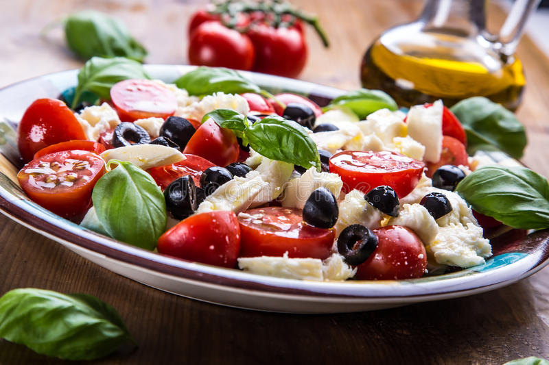 Caprese salade caprese Salade italienne Salade méditerranéenne Cuisine italienne Cuisine méditerranéenne images stock
