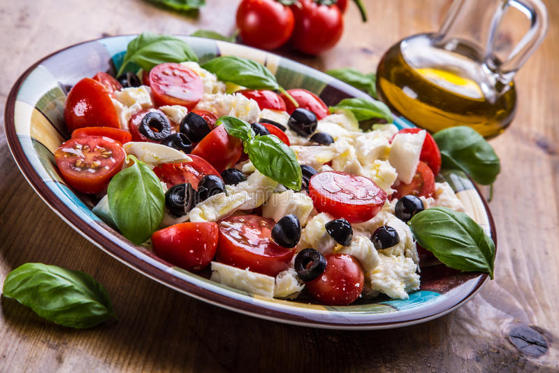 Caprese salade caprese Salade italienne Salade méditerranéenne Cuisine italienne Cuisine méditerranéenne images libres de droits