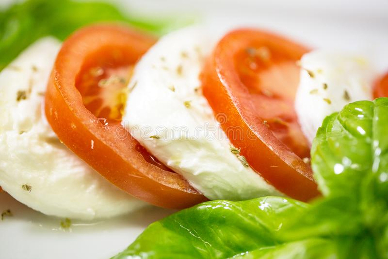 Caprese-Salat mit mozarella Käse, Tomaten und Basilikum lizenzfreies stockbild