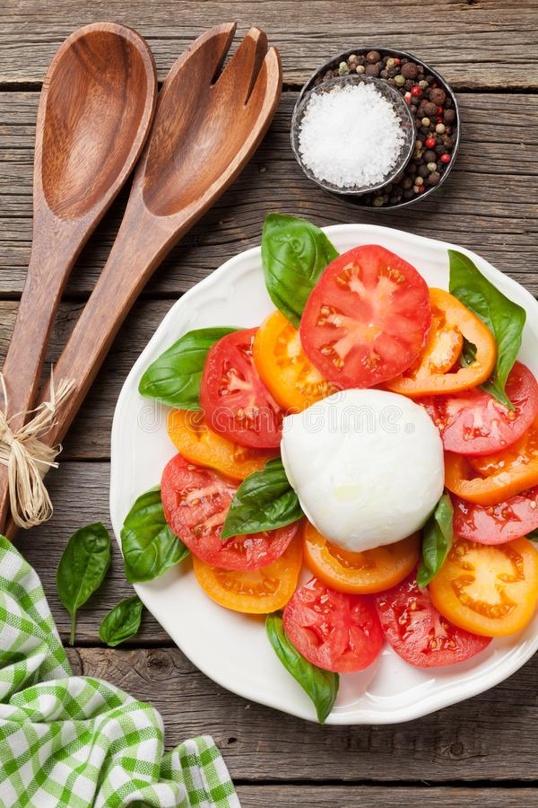 Caprese-Salat mit Tomaten, Basilikum und Mozzarella stockfotos