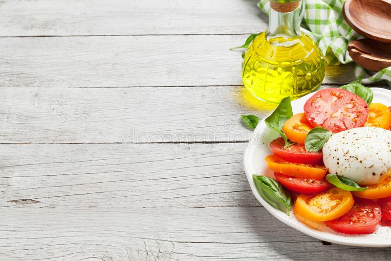 Caprese-Salat mit Tomaten, Basilikum und Mozzarella lizenzfreies stockfoto
