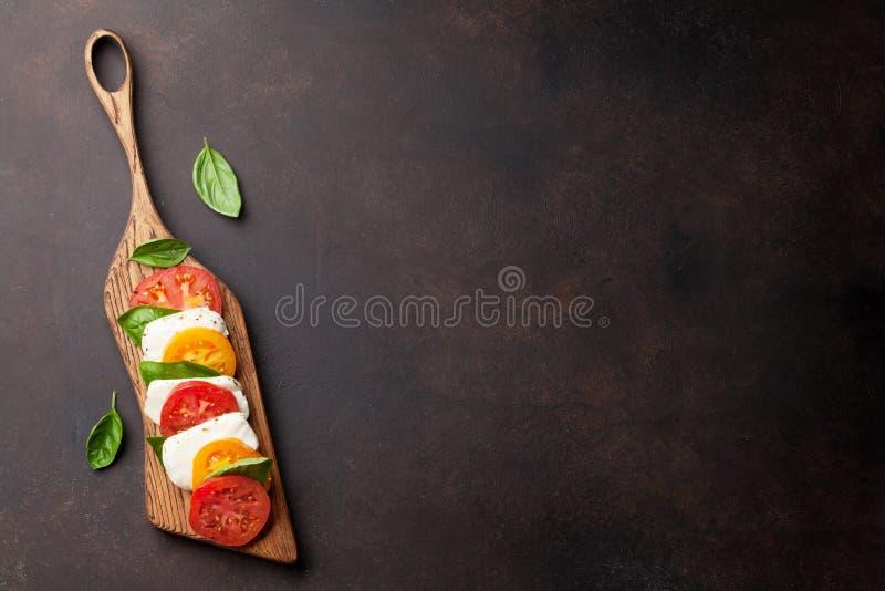 Caprese-Salat mit Tomaten, Basilikum und Mozzarella stockfoto