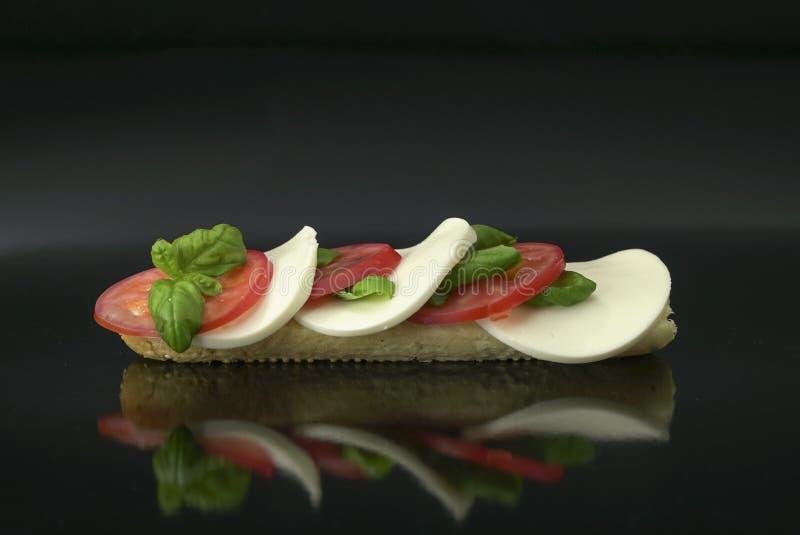 caprese Sandwich mit Tomate, Mozzarella und Basilikum stockfoto