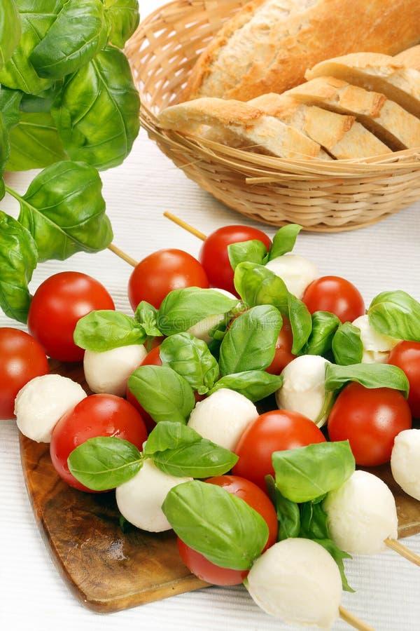 Capresesalade. Vleespennen met tomaat en mozarella. stock afbeeldingen
