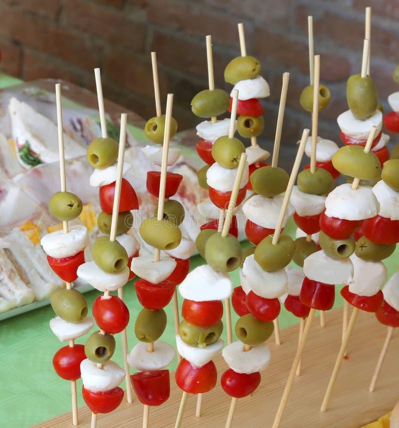 Capresevleespennen met de groene olijven van de tomatenmozarella en veel San royalty-vrije stock foto