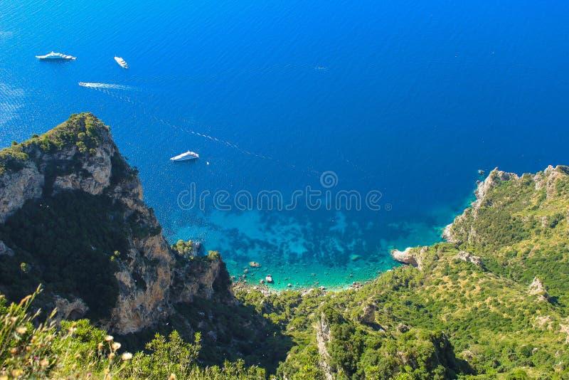 忽略那不勒斯蓝色海湾的风景在卡普里岛海岛上的