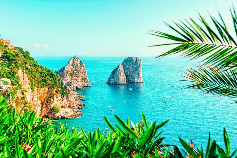 Capri ö och Faraglioni i Italien nära Naples fotografering för bildbyråer