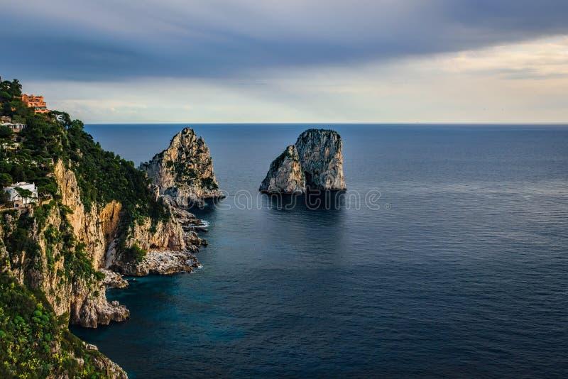 Capri ösikt under molnig himmel efter storm royaltyfria bilder