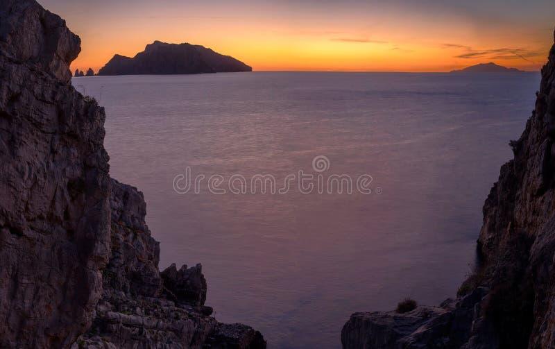 Capri από το δύσκολο παράθυρο στοκ φωτογραφία