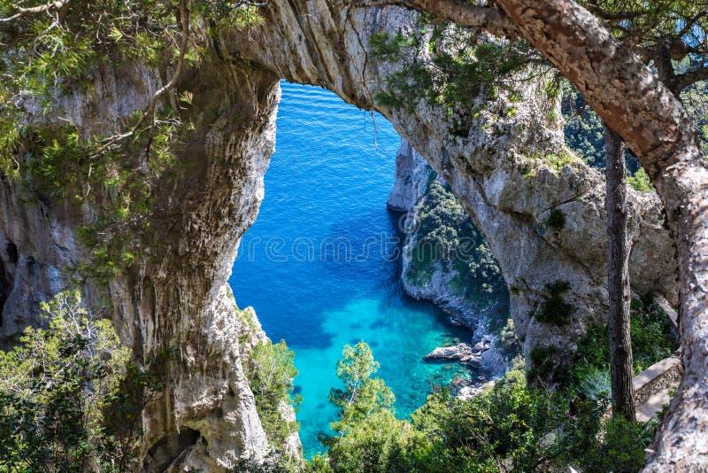 Capri Ιταλία, νησί σε μια όμορφη θερινή ημέρα, με το faraglioni ρ στοκ φωτογραφία