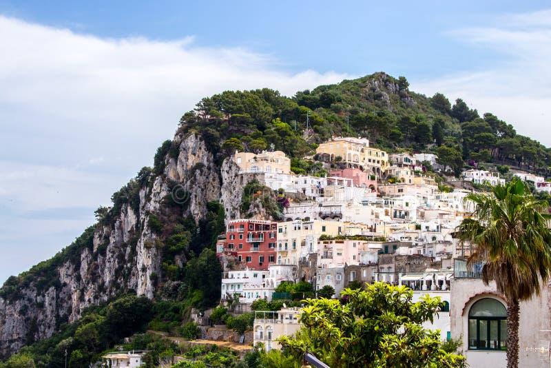 Capri, halb Tourist, Blick auf das Vorgebirge und seine Häuser stockbild