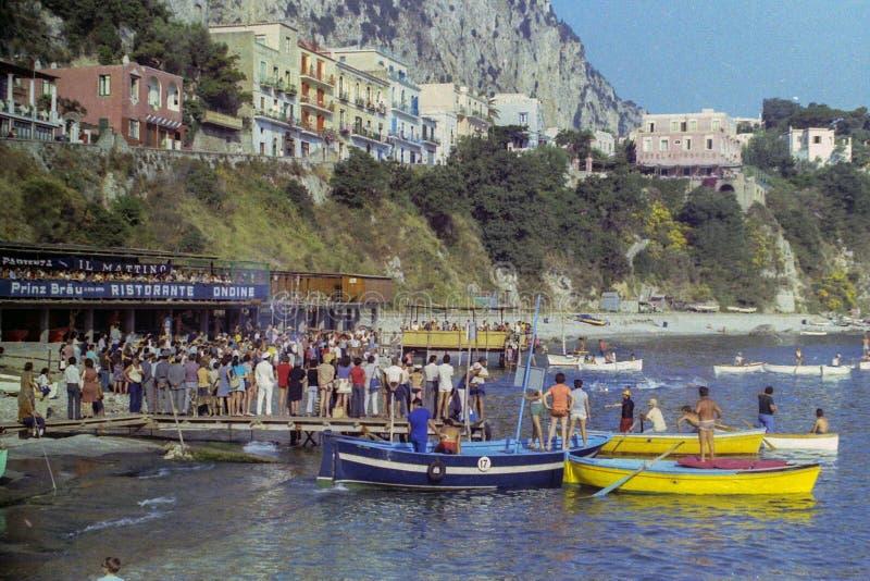 CAPRI, ITÁLIA, em julho de 1967 - os atletas de que participe na raça através dos campos da maratona tradicional de Capri-Náp imagem de stock royalty free